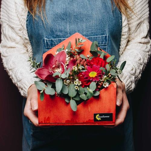 Курьер в служба доставка цветов работа спб, свадебный букет с лилиями и розами